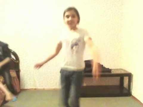 маленькие цыганочки танцуют перед ноутбуком